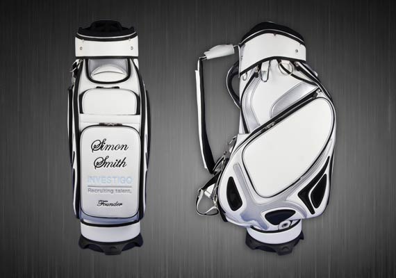Golfbag Typ MONTROSE Tourbag in weiss. INVESTIGO Recruiting Talent. Frontal individuell bestickt.